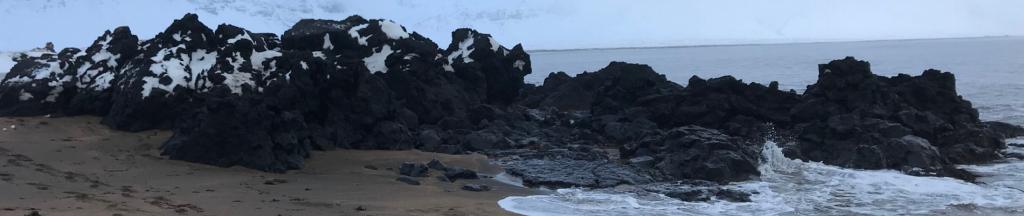 Plage de Budir aux roches volcaniques. Durant notre voyage en islande nous resterons 2 jours ici.